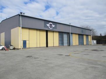 Hangar avec bureaux à proximité de l'aérogare