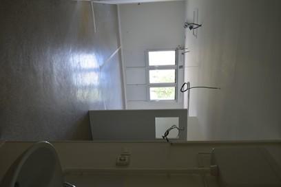 grande salle lumineuse avec trois espaces fermés de rangement/stockage